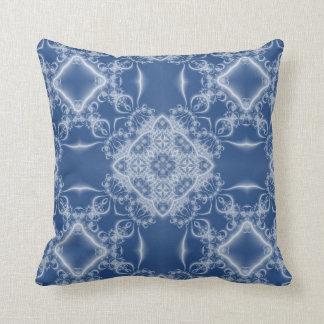 Almofada Laço branco do fractal no azul