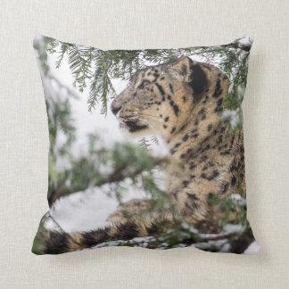 Almofada Leopardo de neve sob Bush nevado