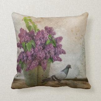 Almofada Lilacs em um balde oxidado idoso