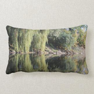 Almofada Lombar Árvores de salgueiro refletidas no rio