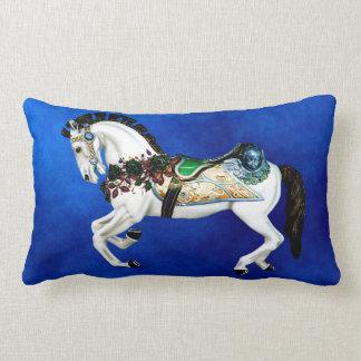 Almofada Lombar Cavalo branco bonito do carrossel no azul profundo