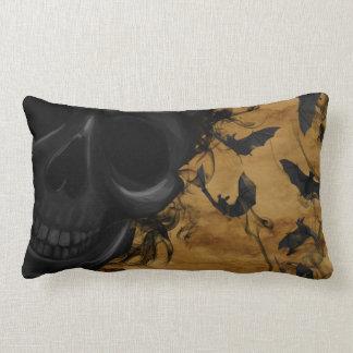 Almofada Lombar Crânio de sorriso preto cercado por bastões e por