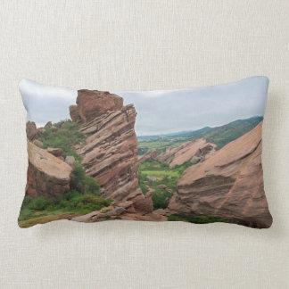 Almofada Lombar Formações e escalas de rocha que cercam rochas