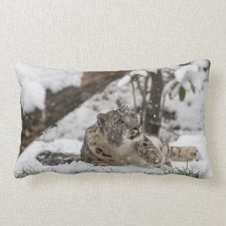 Almofada Lombar Leopardo de neve curioso na neve