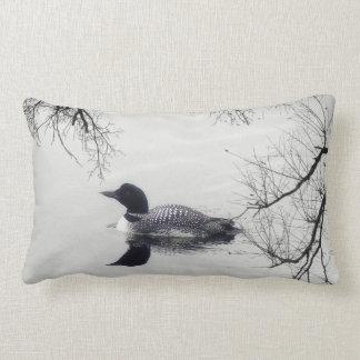 Almofada Lombar Mergulhão-do-norte preto e branco em um