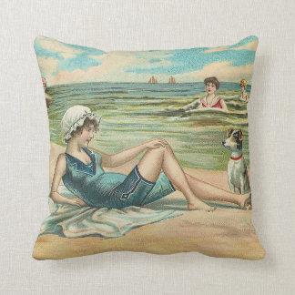 Almofada Menina da natação da praia do Victorian