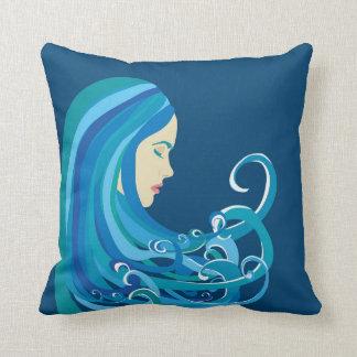 Almofada Menina no travesseiro da onda