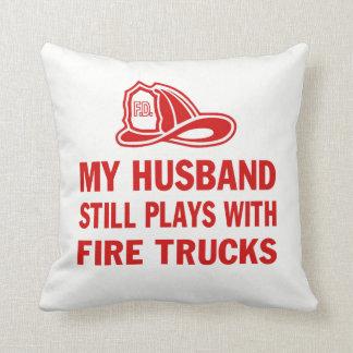 Almofada Meu marido ainda joga com carros de bombeiros
