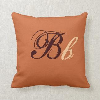 Almofada Monograma dobro de B em Brown e em bege mim