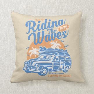 Almofada Montando o travesseiro decorativo das ondas