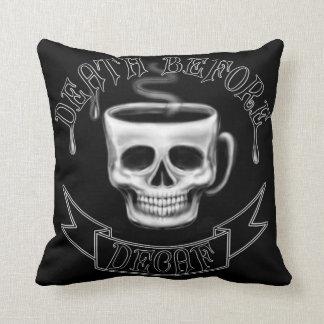 Almofada morte antes dos amantes do café do copo do crânio
