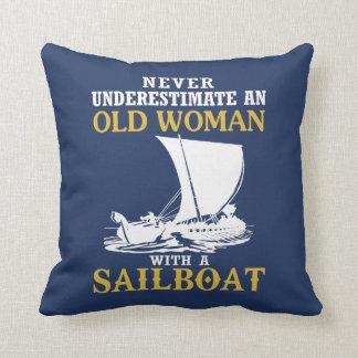 Almofada Mulher adulta com um veleiro