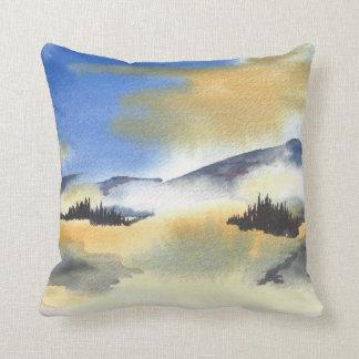 Almofada Nascer do sol na paisagem azul e amarela. Aguarela