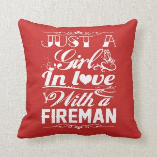 Almofada No amor com um bombeiro