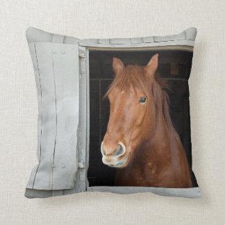 Almofada O cavalo de um quarto da castanha que espera para