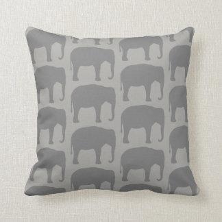 Almofada O elefante asiático mostra em silhueta o teste