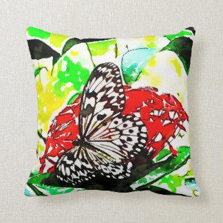 Almofada O fundo verde, vermelho floresce a borboleta
