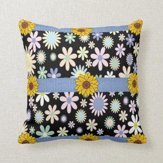 Almofada o travesseiro decorativo desnucleia floral