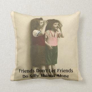 Almofada Os amigos não deixam amigos fazem coisas parvas