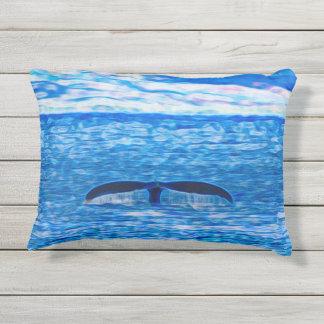 Almofada Para Ambientes Externos A baleia diminui a costa de Maui, Havaí
