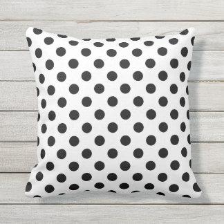 Almofada Para Ambientes Externos Bolinhas pretas no travesseiro decorativo branco