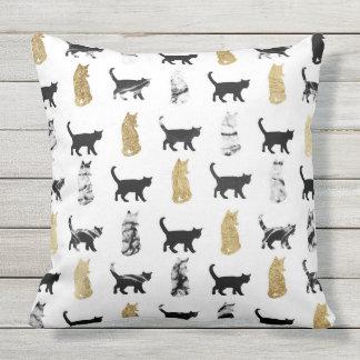 Almofada Para Ambientes Externos Gatos do gatinho no ouro e no mármore preto e
