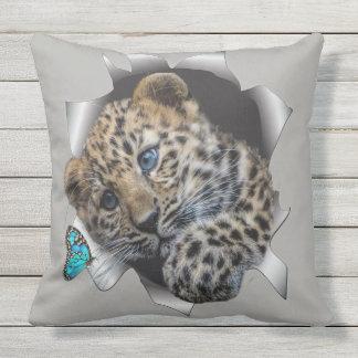 Almofada Para Ambientes Externos Leopardo & borboleta do bebê