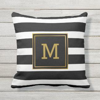 Almofada Para Ambientes Externos Monograma moderno do ouro preto e branco da listra