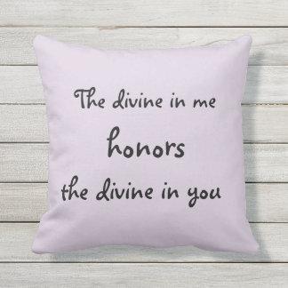 Almofada Para Ambientes Externos O divino em mim honras que o divinos em você citam
