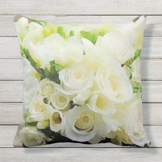 Almofada Para Ambientes Externos Rosas brancos e de creme florais