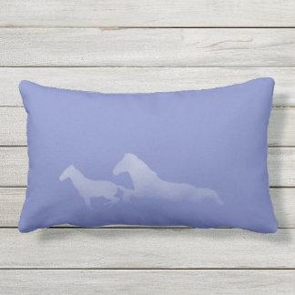 Almofada Para Ambientes Externos Silhuetas de um funcionamento de dois cavalos