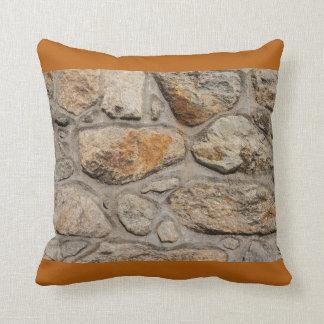 Almofada parede concreta e de pedra no travesseiro
