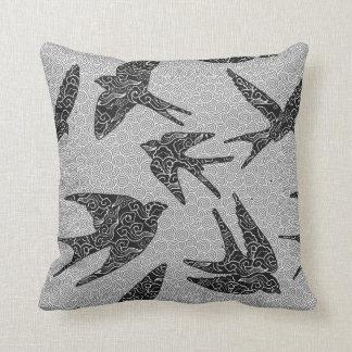 Almofada Pássaros japoneses em vôo, carvão vegetal e luz -