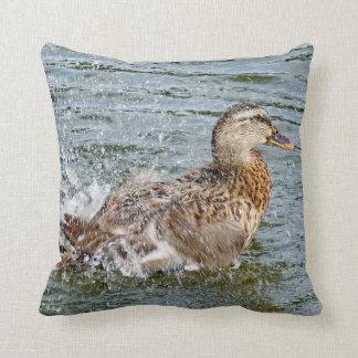 Almofada Pato do pato selvagem que joga na água