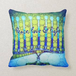 """Almofada """"Paz, amor &"""" foto azul clara de Hanukkah Menorah"""