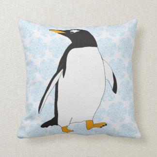 Almofada Pinguim preto e branco com pés e conta alaranjados