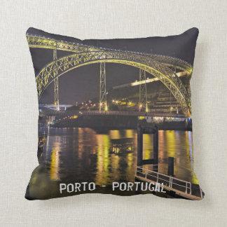 Almofada Porto - Portugal. Cena da noite perto do rio de
