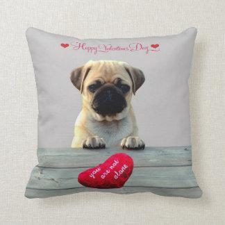 Almofada Pug que deseja travesseiros do coração do feliz