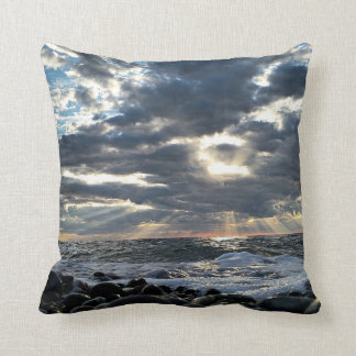 Almofada Raios de sol em uma costa rochosa