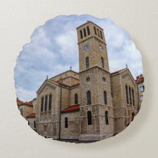 Almofada Redonda A igreja de St Joseph em Sarajevo. Bósnia e Herz