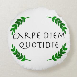Almofada Redonda Carpe Diem Quotidie - apreenda o dia, cada dia