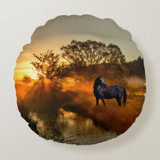 Almofada Redonda Cavalo preto no nascer do sol ou no por do sol