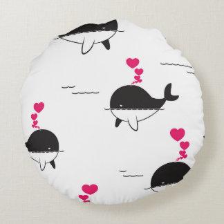 Almofada Redonda Design da baleia preta & branca com corações