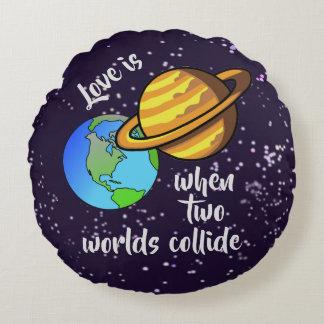 Almofada Redonda Dois mundos colidem