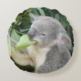 Almofada Redonda Koala que come a folha da goma