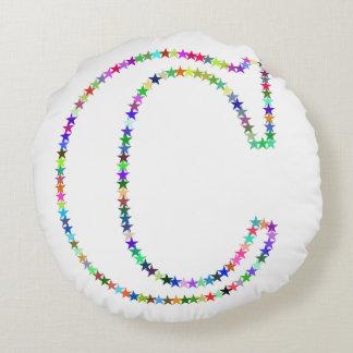 Almofada Redonda Letra C da estrela do arco-íris