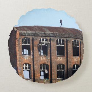 Almofada Redonda Menina no telhado - lugares perdidos