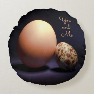 """Almofada Redonda Ovos da galinha e de codorniz no amor. Texto """"você"""