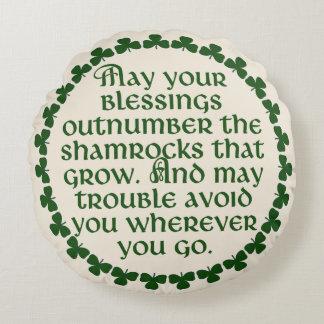 Almofada Redonda Podem suas bênçãos ultrapassar os trevos, irlandês
