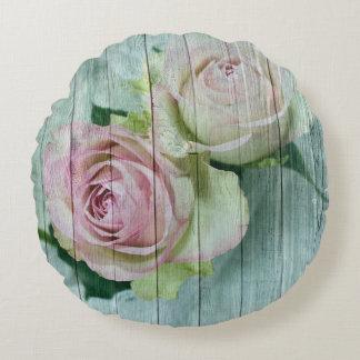 Almofada Redonda Rosas do rosa do chique do vintage na madeira azul